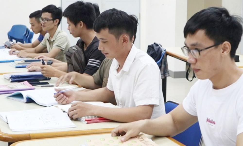 株式会社OneTerraceの日本語教室で勉強するダナン工科大学の学生たち